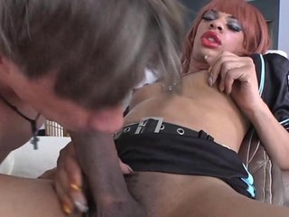 Ebony tranny blown and sucked off