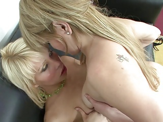 Big pussy lips gets drilled by shemale dick on black sofa