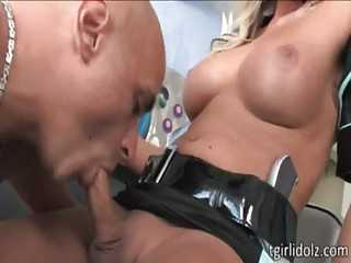 Domme shemale police Ariel Everitts punishes and fucks a naughty thief guy